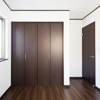 Skříně se skládacími dveřmi